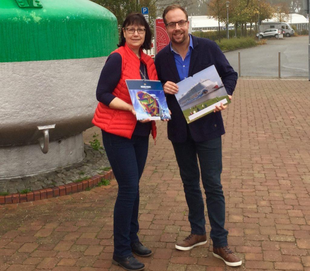"""Präsentieren den neuen Fotokalender """"MEYER WERFT 2020"""": Ingrid Nee und Christoph Assies. Foto: Marianne Schnieders, Papenburg Marketing GmbH"""