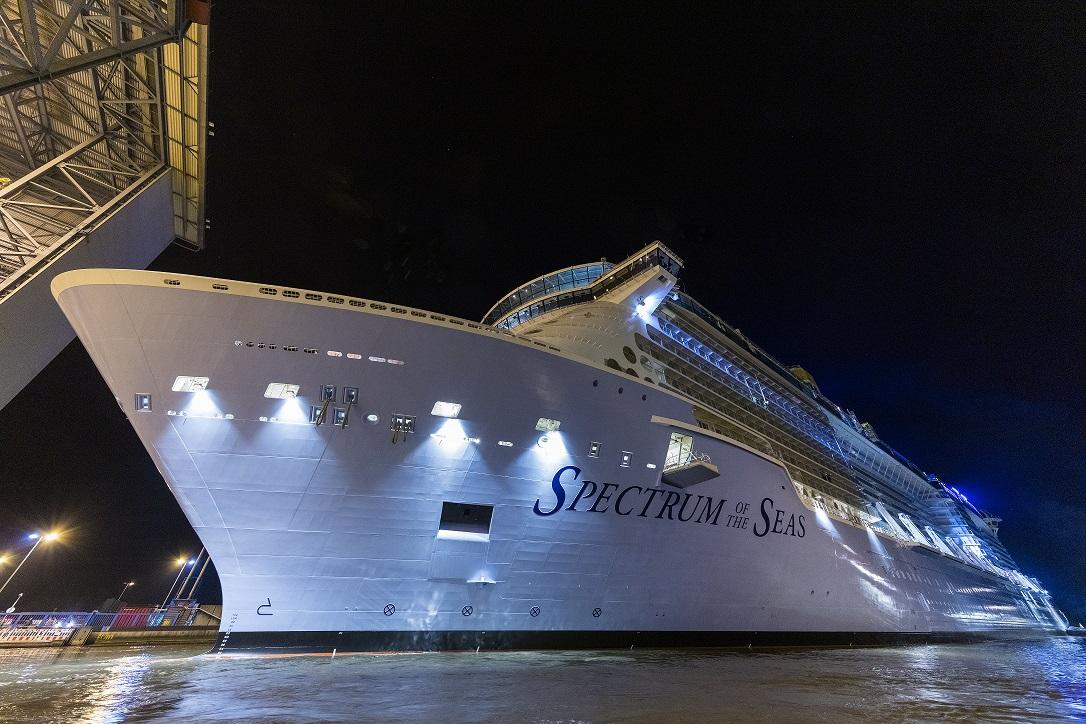 Beeindruckende Perspektiven auf die Kreuzfahrtschiffe der MEYER WERFT beinhaltet der neue Fotokalender. Das Juli-Motiv zeigt das Ausdocken der Spectrum of the Seas. Foto: Ingrid Fiebak-Kremer