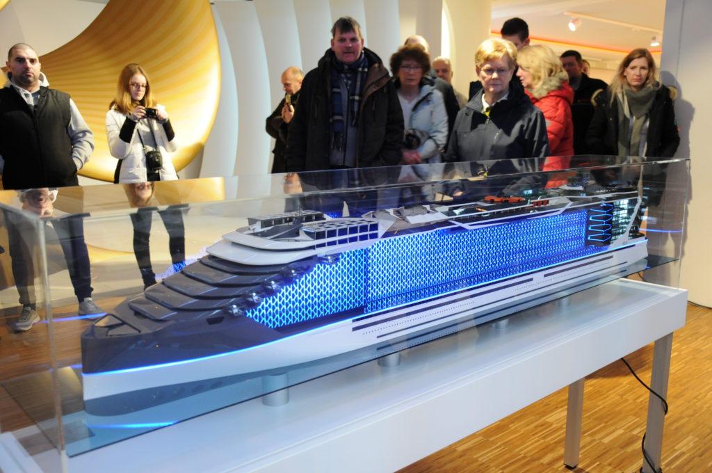 Zukunftsmusik: Die Meyer Werft stellte während der Tage der Region auch das Modell eines Kreuzfahrtschiffes der Zukunft aus. Foto: Christoph Assies / Papenburg Marketing GmbH