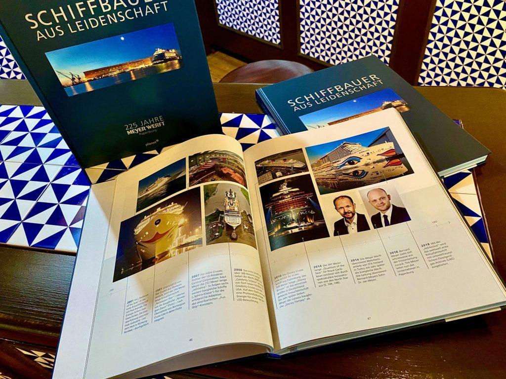 """Ein Geburtstagsgeschenk zum 225-jährigen Bestehen der MEYER WERFT gibt es mit dem neuen Buch """"Schiffbauer aus Leidenschaft"""" für unsere Gäste. Foto: Papenburg Marketing GmbH"""