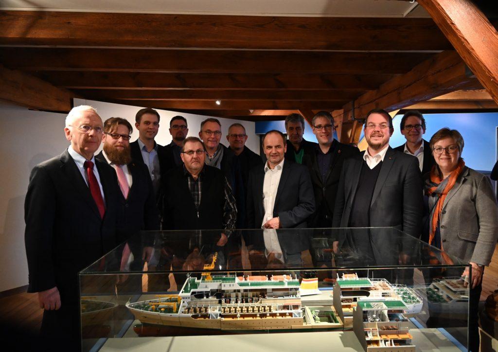 Vertreter der Meyer Werft, der Papenburg Marketing GmbH und der Stadt Papenburg haben die Fotoausstellung zu 225 Jahren Schiffbau in Papenburg eröffnet. Foto: Heiner Lohmann / Papenburg Marketing GmbH
