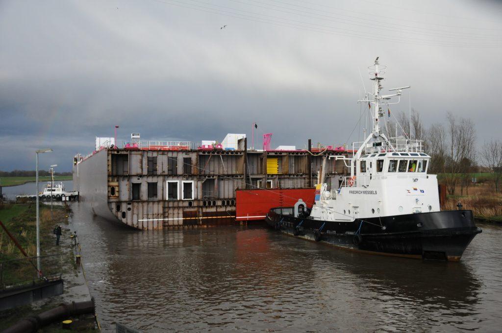 Aus Rostock-Warnemünde kommt das Maschinenraummodul der AIDAcosma zur MEYER WERFT. Foto: Papenburg Marketing GmbH